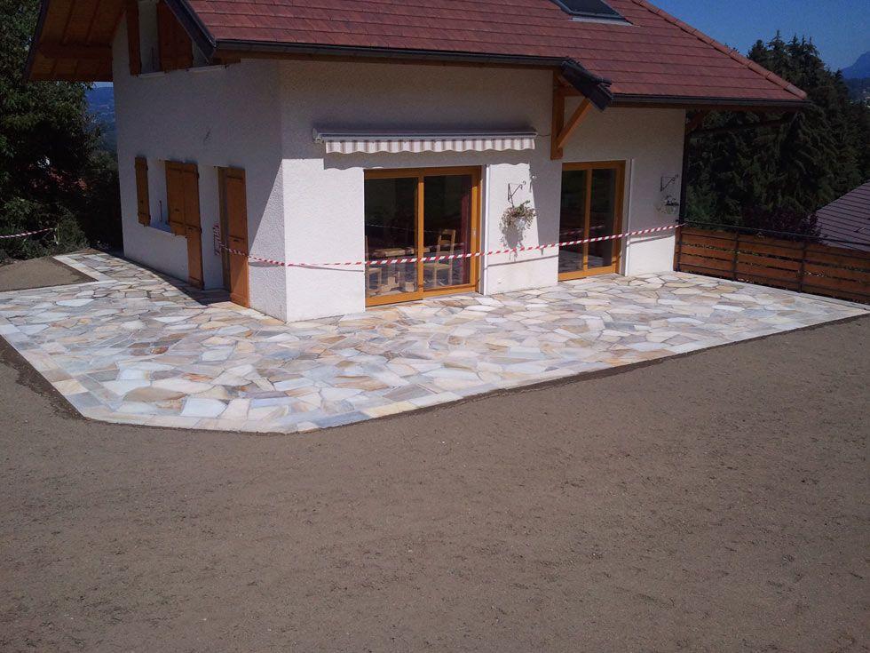 Terrasse escalier en pierres naturelles granit jaune terrasse en bois for Paysagiste annecy