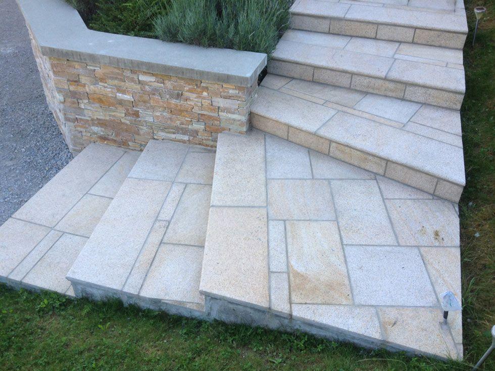 Terrasse avec escalier en pierres naturelles granit jaune for Escalier en pierre naturelle