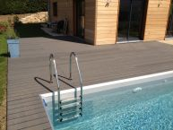 Abords de piscine en bois composite