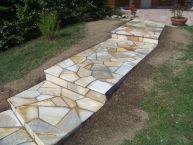Escalier en pierres naturelles quartzites posées en opus incertum