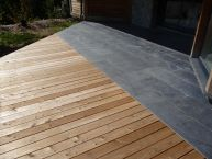 Terrasse en pierres naturelles (ardoise) + bois (mélèze)
