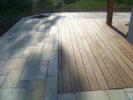 Terrasse pierres naturelles (Quartzite en opus romain) + bois (Ipé)